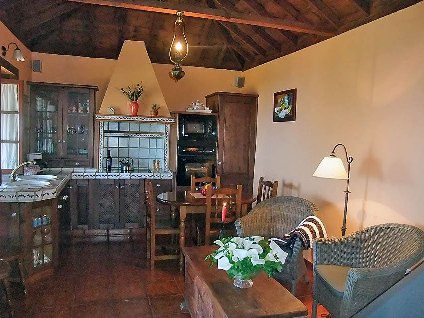 Holiday Cottage Casa Herminia's wooden eat-in kitchen