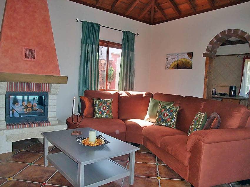 Casa Rural adaptada para personas con discapacidad La Palma con piscina Villa Las Viñitas: Salón con chimenea