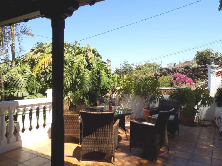 España - Islas Canarias - La Palma - La Punta - Casa Rincón del Atlántico - mesa de comedor con vista al norte de La Palma