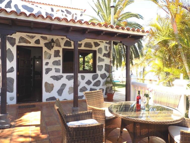 España - Islas Canarias - La Palma - La Punta - Casa Rincón del Atlántico - mesa de comedor con acceso directamente a la piscina